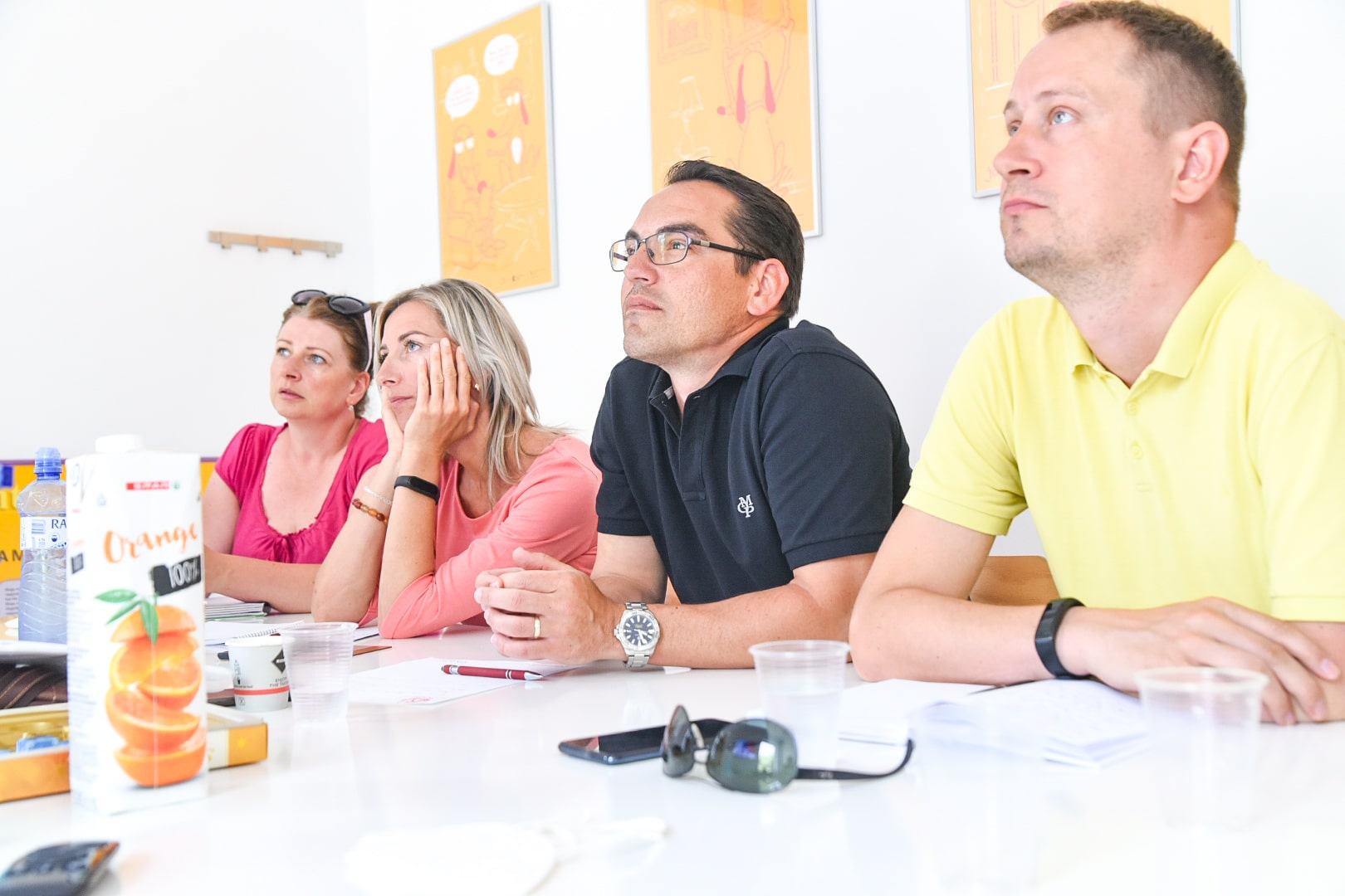 deti s ucitelkou sa ucia po anglicky